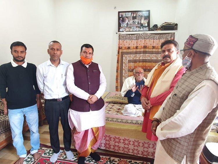 पद्मश्री रामयत्न शुक्ल से मंत्री रवीन्द्र जायसवाल ने की मुलाकात, बोले आज भी युवाओं में संस्कृत की अलख जगा रहे आचार्य जी...