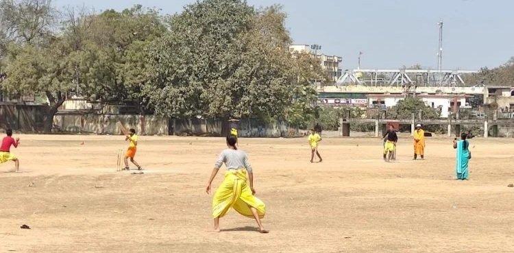 धोती-कुर्ता और त्रिपुंड लगाए बटुकों ने खेला क्रिकेट, संस्कृत में हुई कमेंट्री...