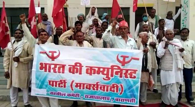 पेट्रोल डीजल व गैस के दामों में हो रही वृद्धि के खिलाफ मार्क्सवादी कम्युनिस्ट पार्टी ने जुलूस निकालकर किया प्रदर्शन