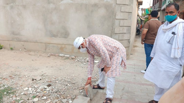 #VNS: घटिया सड़क निर्माण कार्य देख भड़के विधायक, इंजीनियरों को ब्लैकलिस्ट करने के लिए लिखा DM को पत्र...