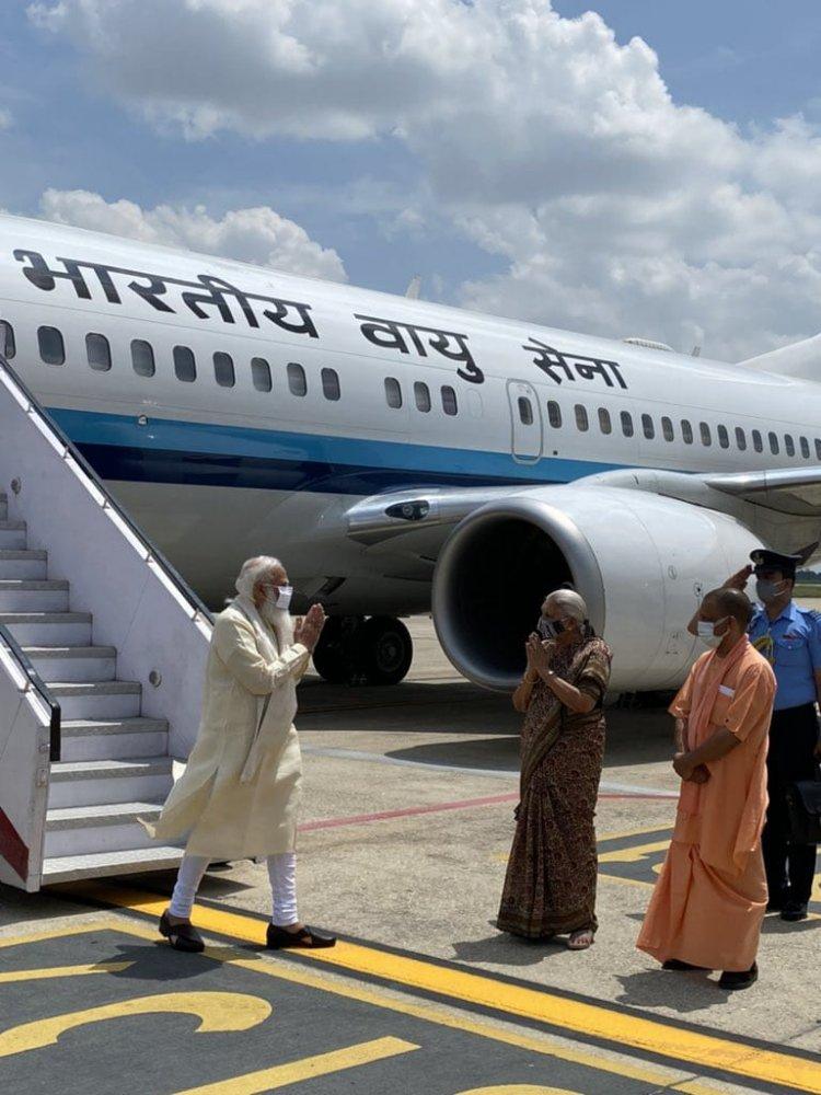 PM in Kashi: सौगातों का पिटारा लेकर संसदीय क्षेत्र पहुंचे प्रधानमंत्री, CM और Governer ने किया स्वागत...