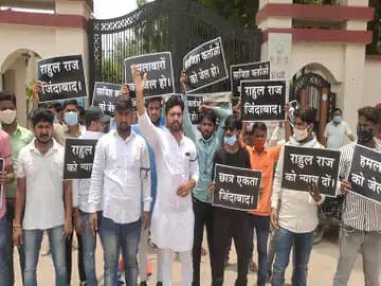 बदमाशों के गिरफ्तारी की मांग: विद्यापीठ के छात्रों ने किया प्रदर्शन, गोली मारने वाले छह दिन बाद भी पुलिस की गिरफ्त से दूर...