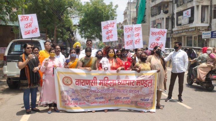 सड़को पर महिलाएं: महंगाई के खिलाफ प्रदर्शन कर बोली अब तो रहम करो सरकार, बिगाड़ दिया जायका..!