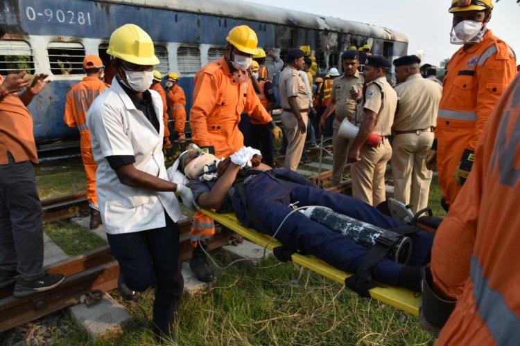 #Photos: लगाई गई ट्रेन की बोगी में आग, रेल दुर्घटना की सूचना पर दौड़े अफसर, स्क्रिप्ट तैयार कर हुआ बनारस स्टेशन पर मॉकड्रिल